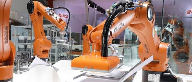 KUKAs Smart Factory auf der HMI