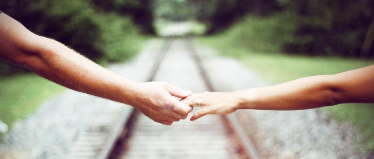 Zwei sich haltende Hände
