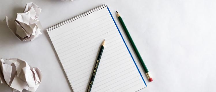 Blatt Papier und Stifte