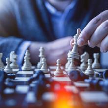 Eine Hand über einem Schachbrett