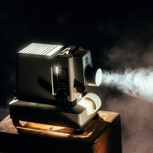 Projektor wirft Bild auf Leinwand