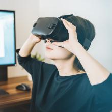 Eine Frau trägt eine VR-Brille