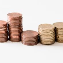 Fünf Stapel Münzen